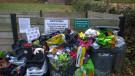 Blick auf die überfüllten Mülltonnen am Friedhof