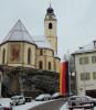 Trauerbeflaggung vor der Stadtkirche bei winterlicher Stimmung