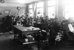 Heinrich Stern, stehend, links mit seinen Arbeiterinnen und Arbeitern
