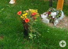 Blumenschmuck auf Grab