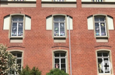 Kinder und Schulsozialarbeiterinnen gestalten Fensterwörter.