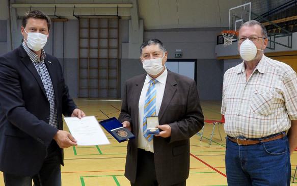 Oberbürgermeister Rosenberger (li.) verabschiedete ULH-Stadtrat Panetta aus dem Gemeinderat, rechts dessen Nachfolger Martin Raible.