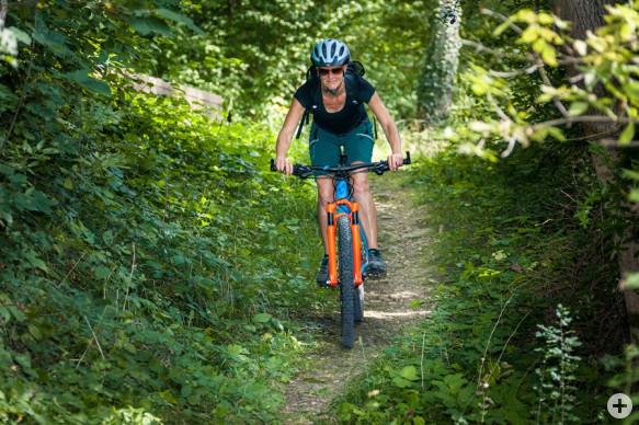 Mountainbikerin bei der Abfahrt durch die Waldgebiete von Horb