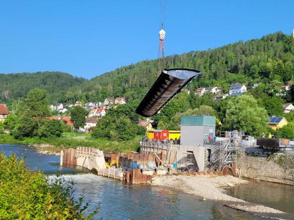 Stauklappe am Neckarwehr eingebaut