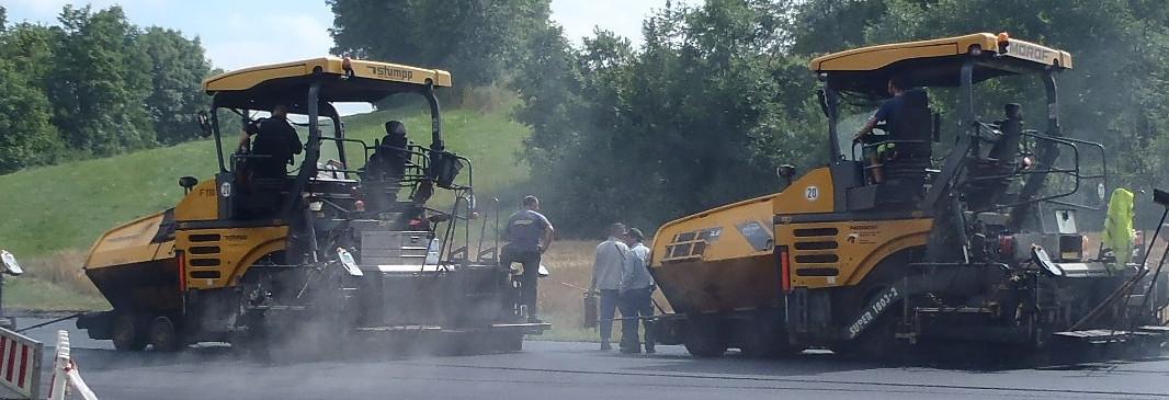 Baustellenfahrzeug beim erneuern des Fahrbahnbelags